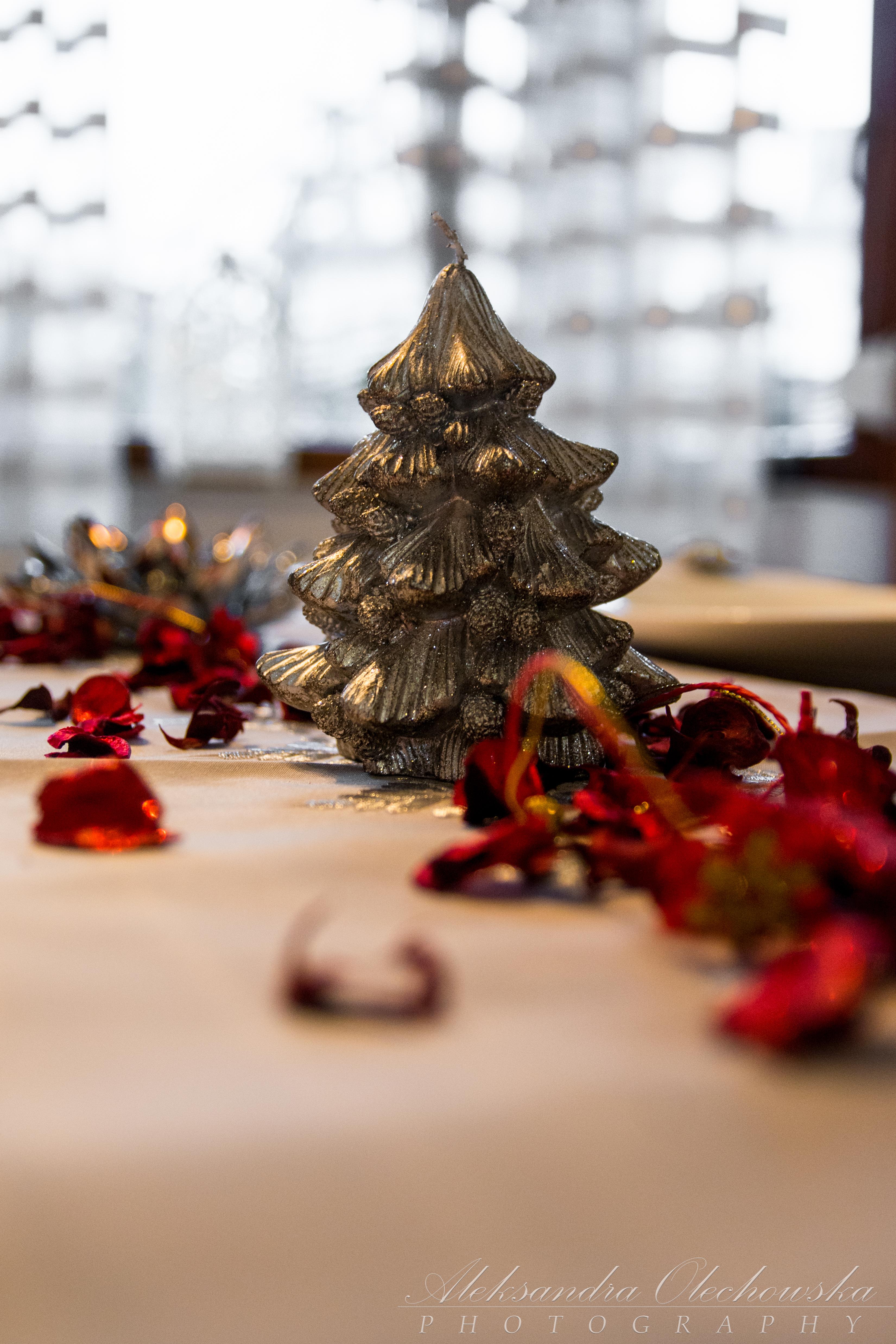 Pomysł na świąteczną aranżację stołu - mała choinka-świeczka