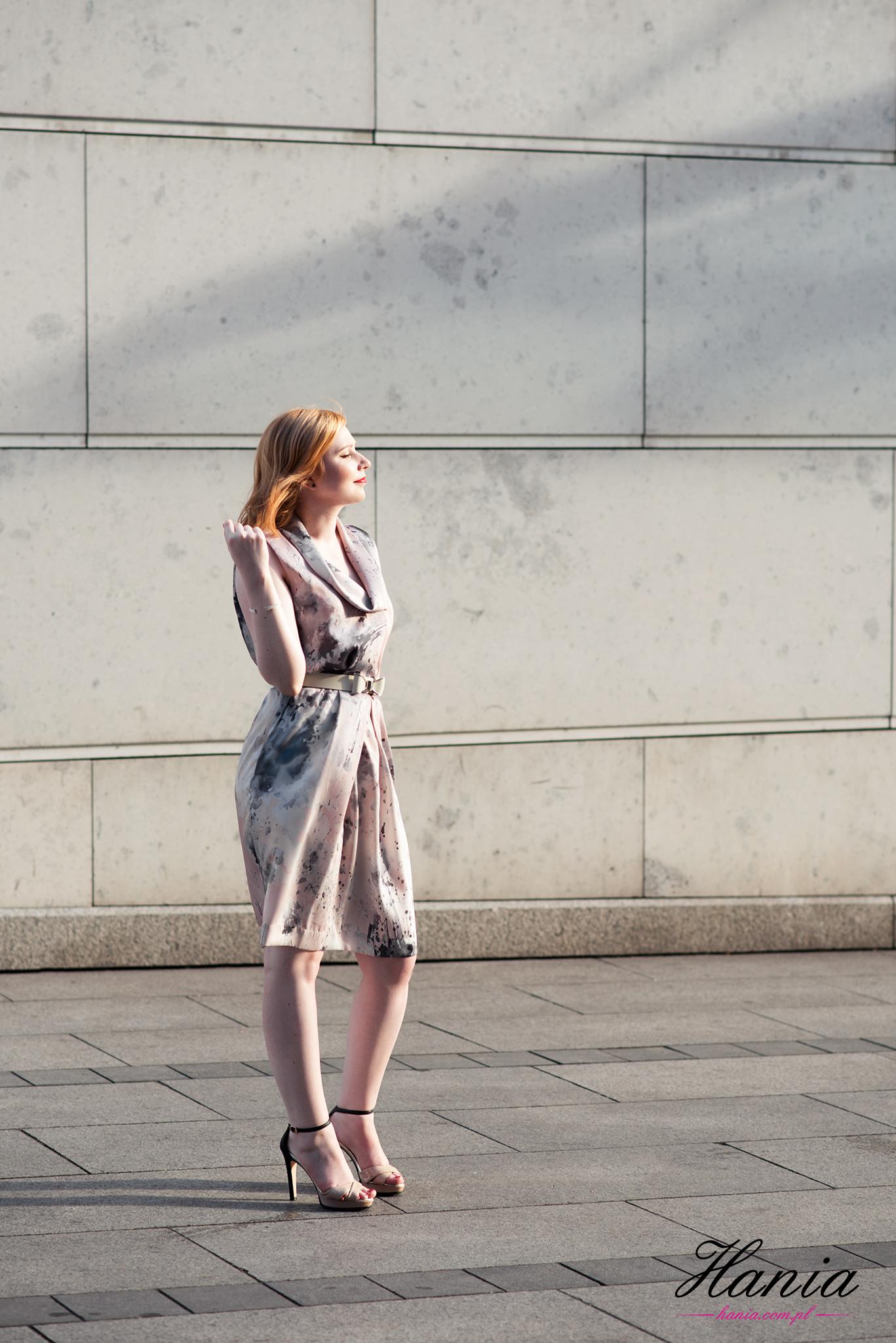 Letnia sukienka w asymetryczne wzory
