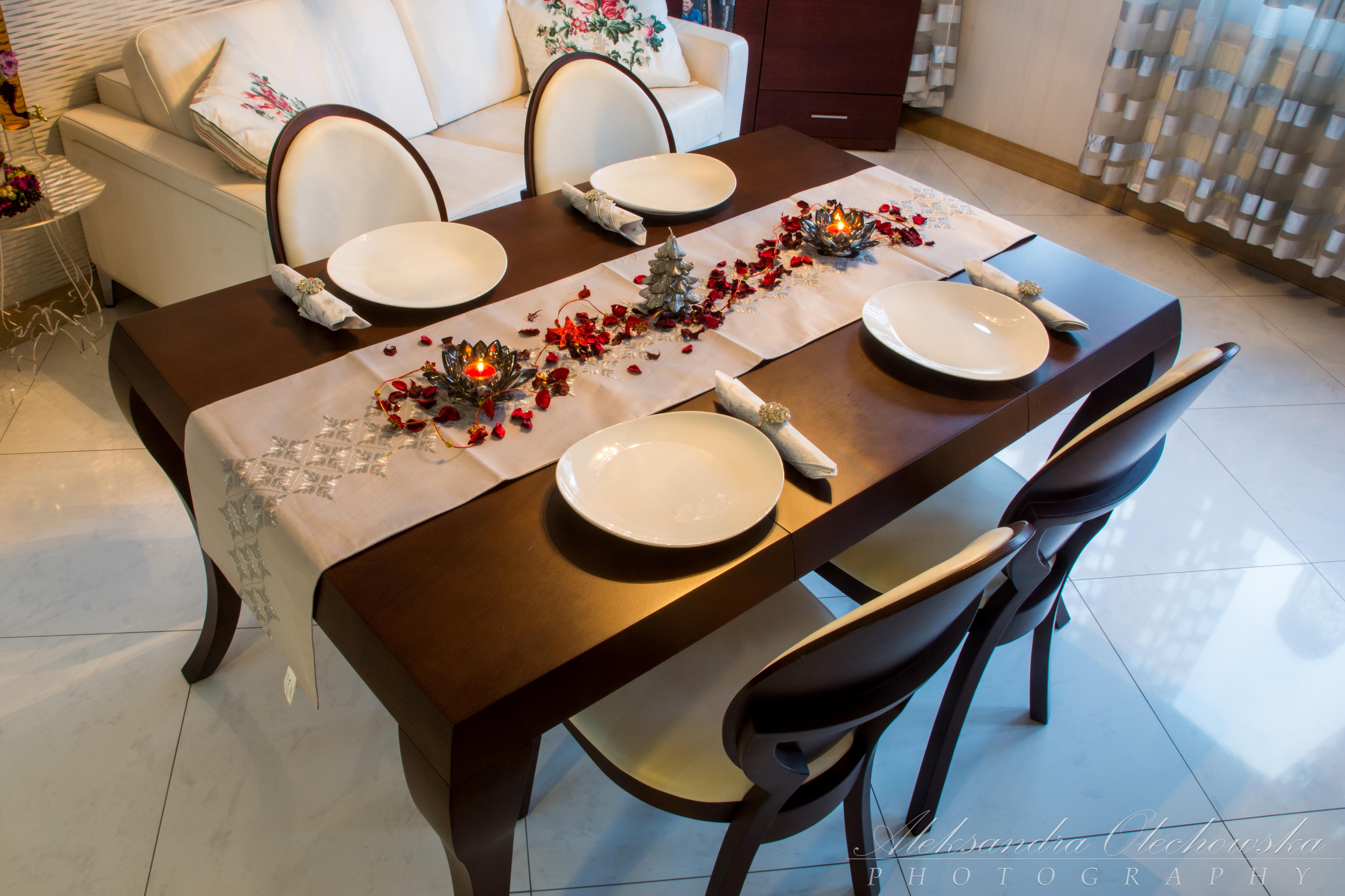 Pomysł na świąteczną aranżację stołu - widok na cały stół